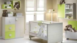 DORMITORIO INFANTIL COMPUESTO POR : CUNA, CUBOS, CÓMODA DE PUERTA Y TRES CAJONES GAVETA Y CAMBIADOR CON DIÁFANO, DE PARED.